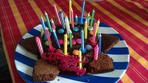Tort negresă cu Smarties şi dulceaţă de căpşuni